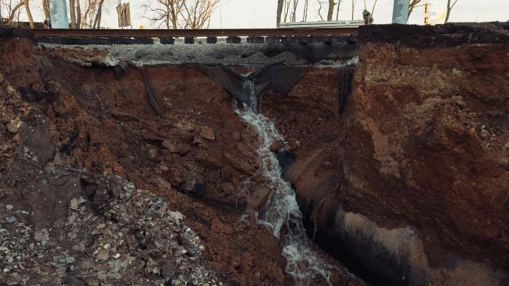 Адская дыра: под затопленными трамвайными путями около «Самара Арены» образовался гигантский провал