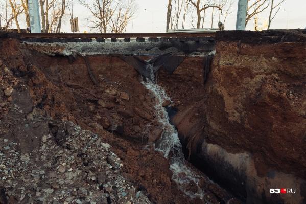 Из-за потока воды грунт обрушился