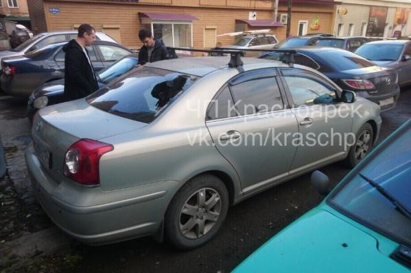 Заднее стекло разбилось у припаркованной «Тойоты»
