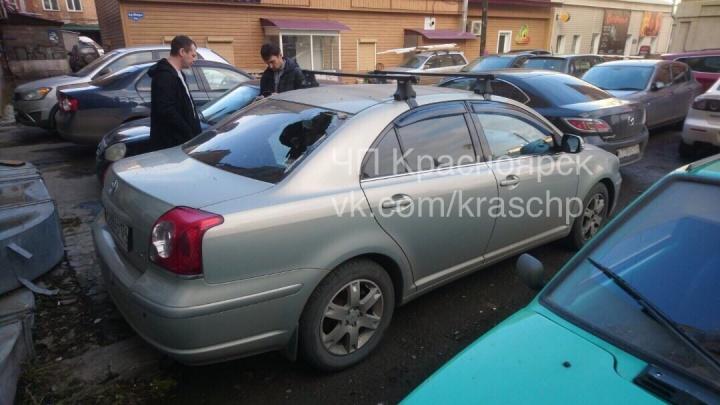 Оторвавшийся от дома на Мира кусок разбил окно припаркованному во дворе авто