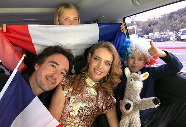 Наталья Водянова вынесла кубок мира перед финалом ЧМ-2018 и станцевала «Калинку-Малинку»