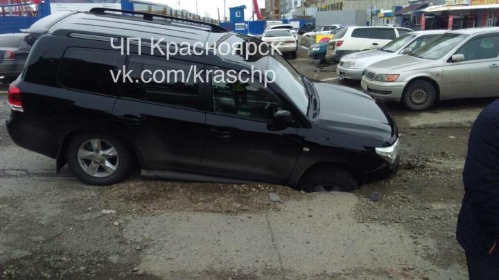 Асфальт на дороге у МВДЦ «Сибирь» провалился под «Лэнд Крузером»