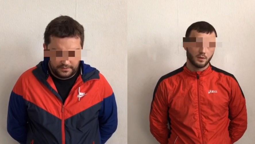 Мужчины, задержанные по подозрению в вовлечение в проституцию. Виталий Теряев — слева. На всех кадрах, опубликованных полицией, у подозреваемых заретушированы глаза, чтобы их нельзя было идентифицировать
