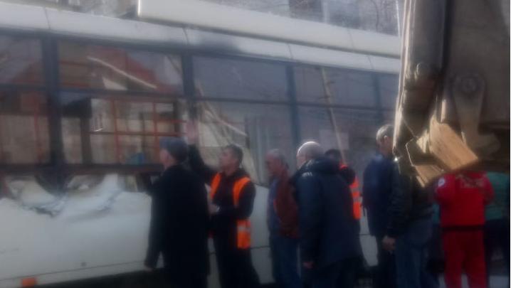 Грузовик врезался в трамвай № 13 в Октябрьском районе