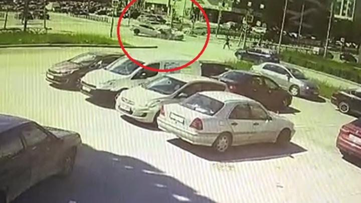 Камера сняла, как на Московской ВАЗ врезался в Mazda и сбил коляску с ребенком