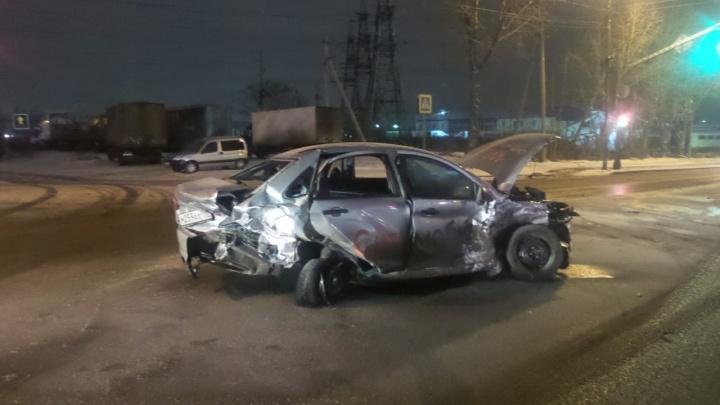 На Шефской столкнулись три машины. Два человека пострадали, еще троих забрали сотрудники ГИБДД