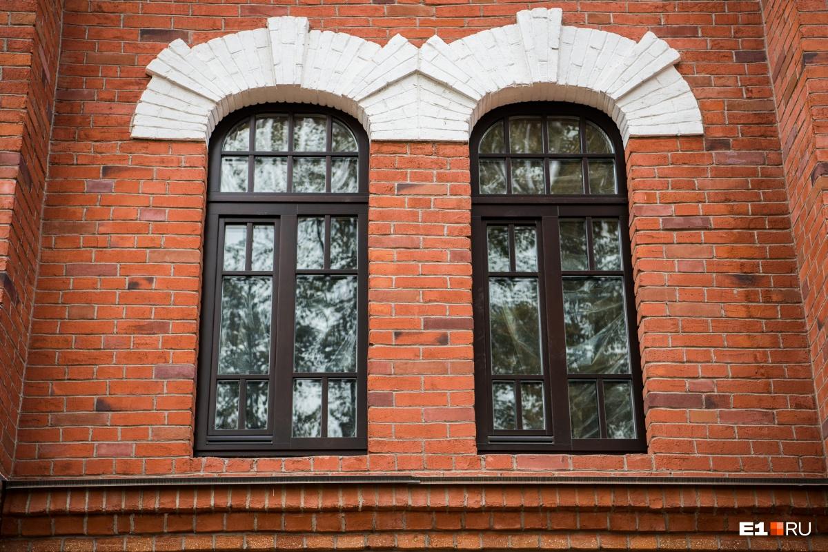 Окно воссоздано в историческом виде. Его стоимость — около 80 тысяч рублей
