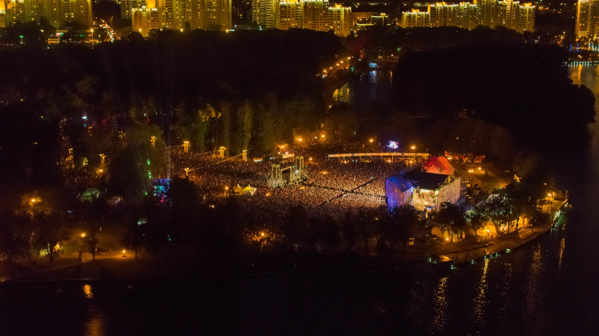 Так выглядела площадка у главной сцены, когда на ней выступалиThe Offspring