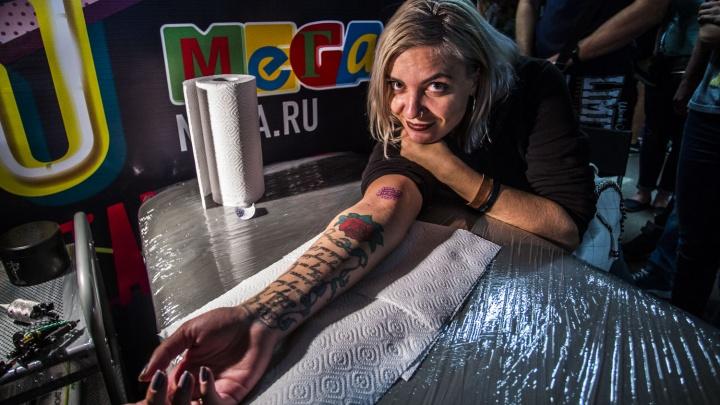 Сибирячка сделала тату и получила бургер и колу на фестивале в «МЕГЕ»