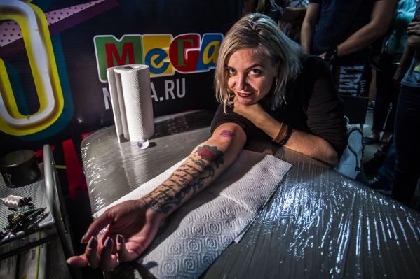 Девушка сделала татуировку с надписью«33 августа» и получила угощение от паба The Rooks