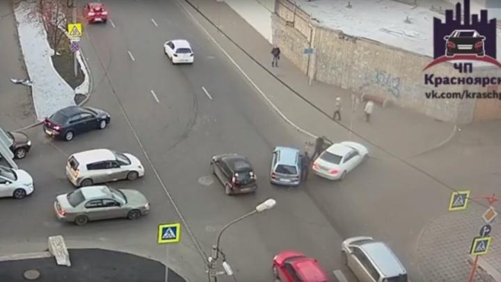 «Две аварии с интервалом в 3 минуты»: 5 машин столкнулись на Марковского и поставили центр в пробку