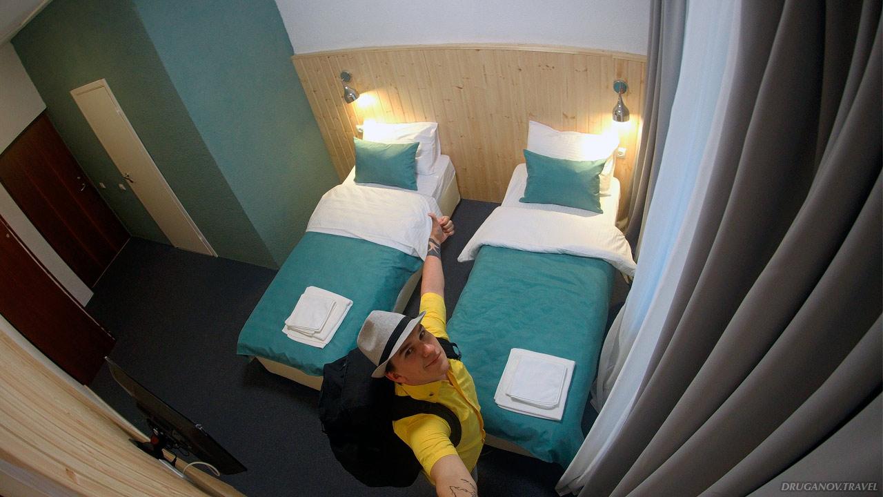Такой номер бесплатно предоставили Владимиру и Кате, решивших стать волонтёрами в отеле «Лагуна». Так он стоит от 3000 рублей за сутки