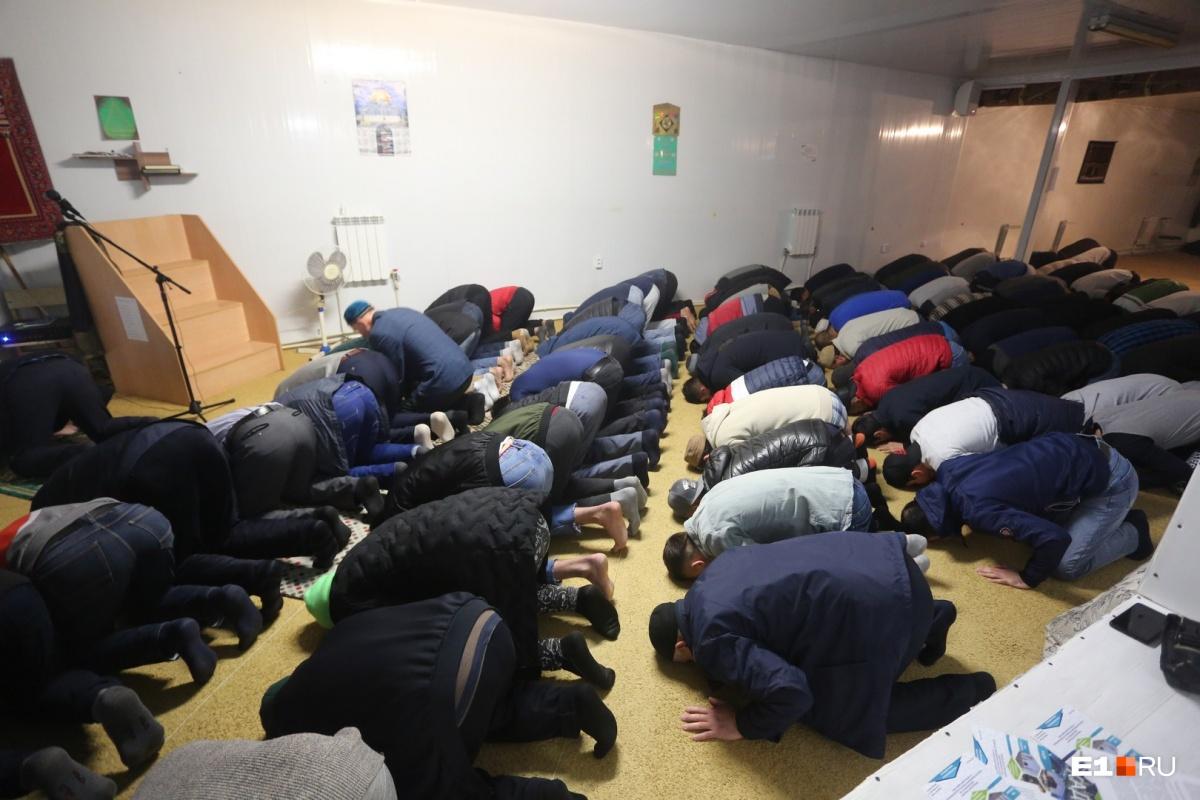 В помещении тесно и душно, а многие тут проведут в молитве всю ночь