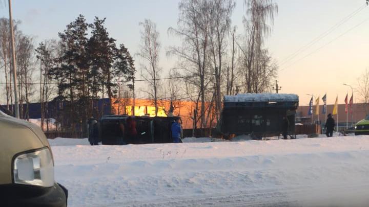 На Московском тракте внедорожник протаранил автобусную остановку и перевернулся