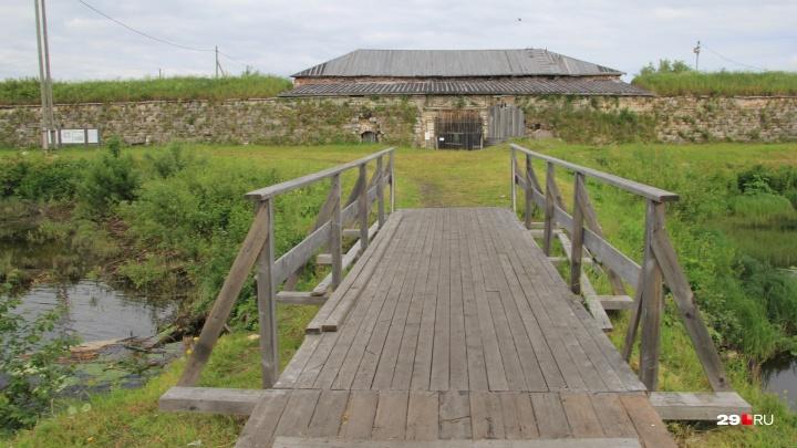 Свежие мосточки и разрушающиеся стены: гуляем по архангельскому прообразу Петропавловской крепости