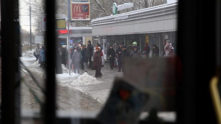 Водителей маршруток ругают начальники: Ярославль встал в первые зимние пробки. Хроника