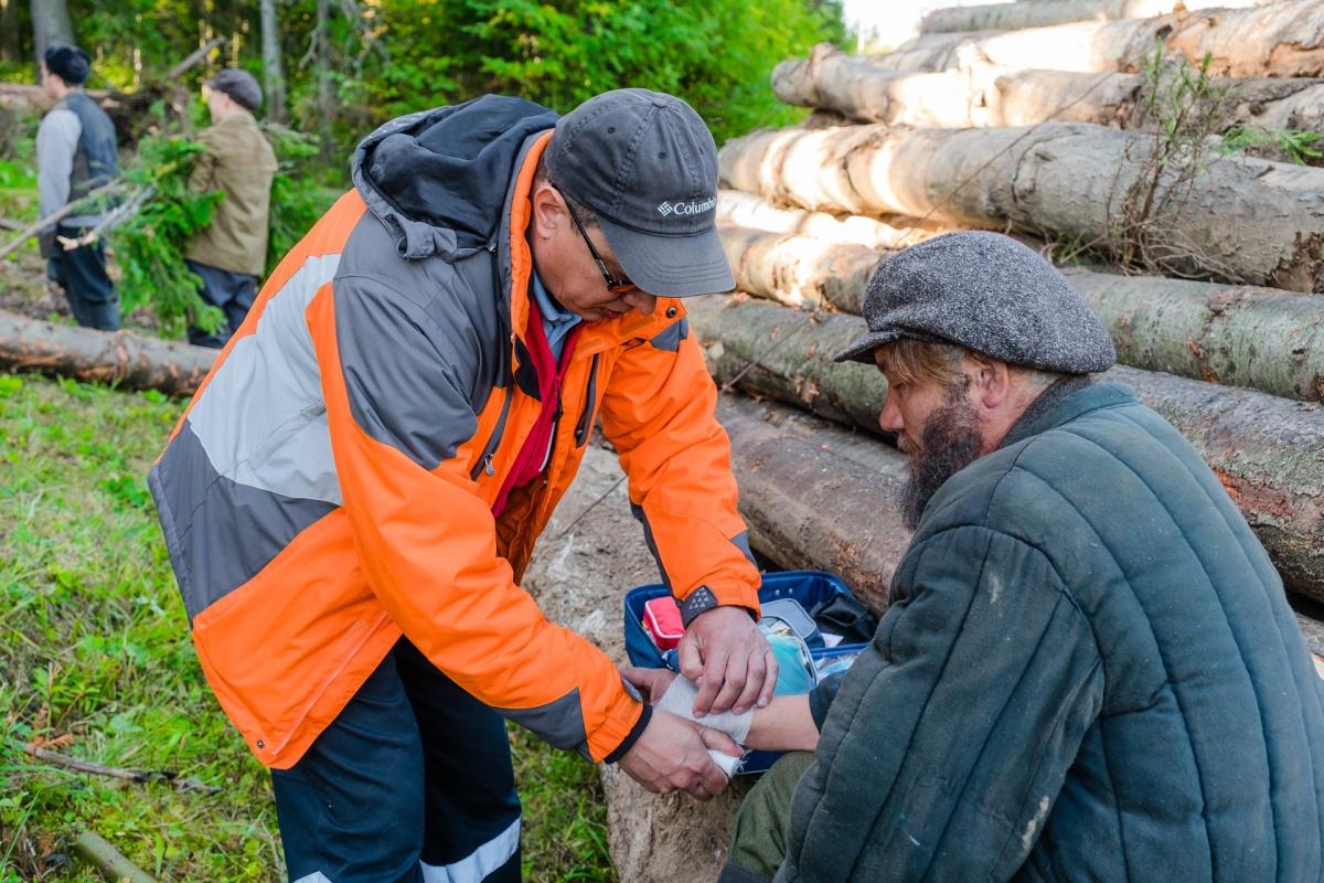 Дмитрий оказывает актёру первую медицинскую помощь