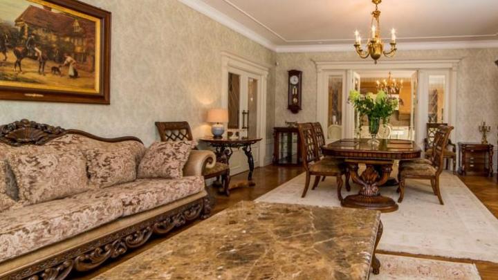 На Шарташе за 55 миллионов продают коттедж с золотыми люстрами, бассейном и двумя кухнями