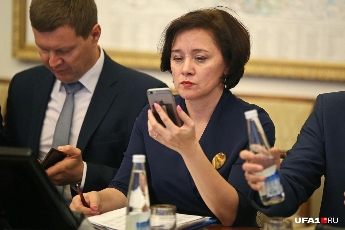 Гульназ Шафикова не выпускает телефон из рук даже на заседаниях