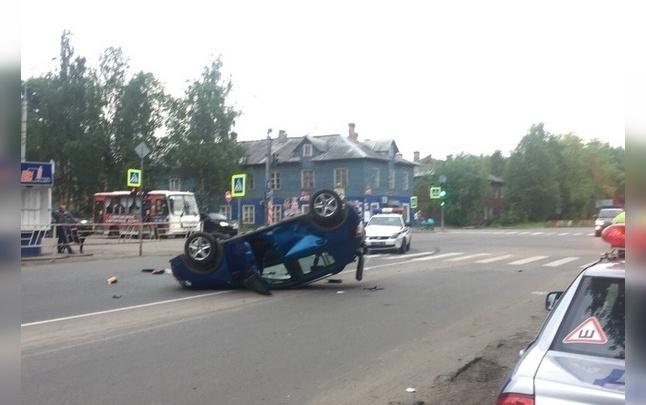 Автомобиль ДПС попал в ДТП с «перевертышем» в Архангельске