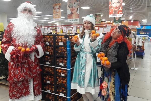 Сказочные персонажи, встречавшие гостей магазина «Петромост»