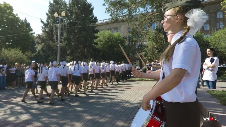 «Волнуюсь до обморока, но из караула не уйду»: школьники Волгограда вновь встали на Пост №1