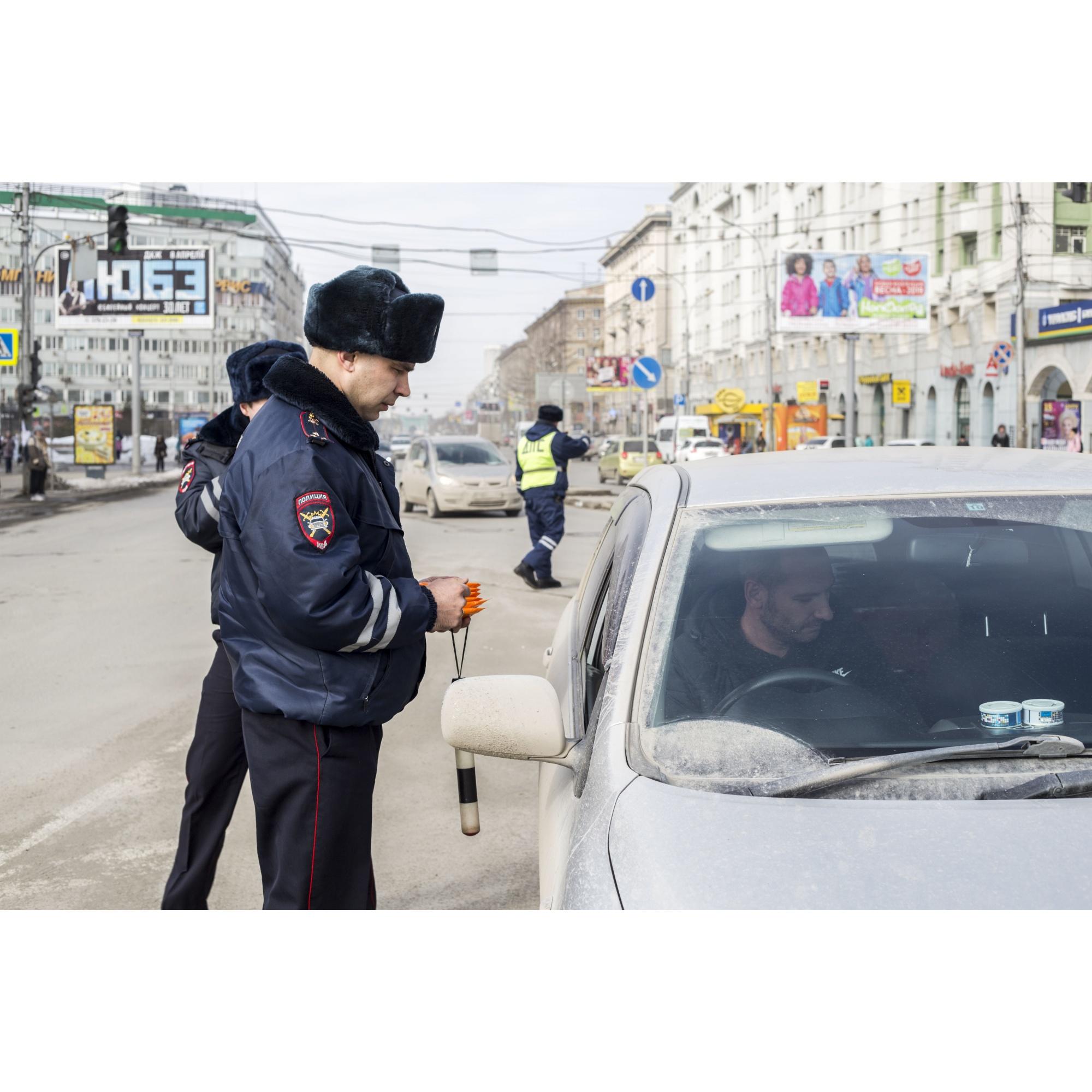 """Всю эту неделю — с 18 по 25 марта — инспекторы ГИБДД&nbsp;<a href=""""https://news.ngs.ru/more/66017458/"""" class=""""_"""" target=""""_blank"""">проводят в Новосибирске рейды</a> против тонировки на машинах и нечитаемых госномеров<br>"""