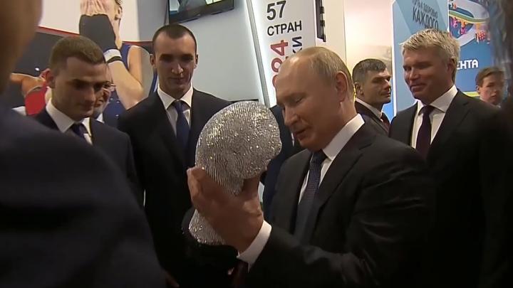 Владимиру Путину вручили бриллиантовую боксерскую перчатку в Нижнем Новгороде