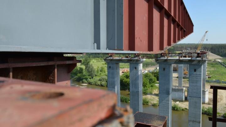 Новосибирские строители перебросили через Иню пролёт нового моста