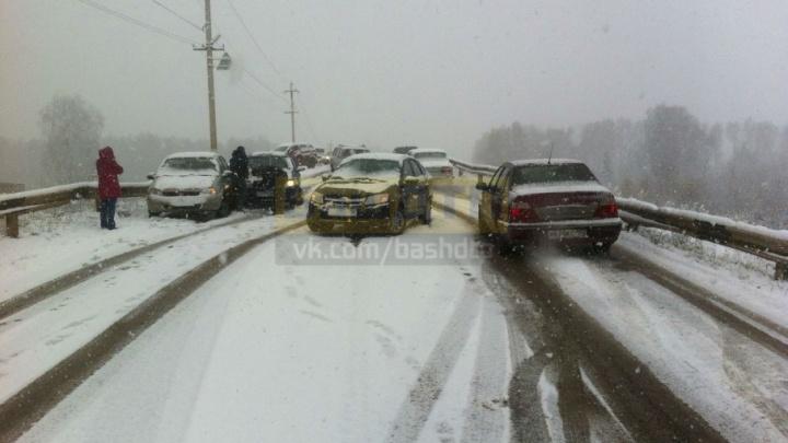 Четыре автомобиля столкнулись на заснеженной дороге в Иглино