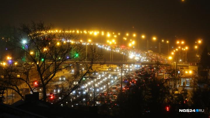 Водитель иномарки влетел в стоящую на Коммунальном мосту «Ниву»и собрал ночную пробку