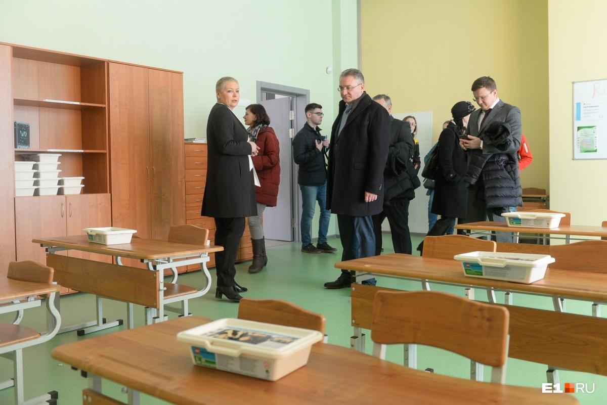 Депутаты и администрация осматривают школу и вздыхают: где их школьные годы