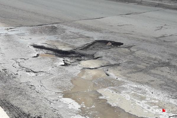 В надзорном ведомстве считают, что ямы опасны для автомобилистов