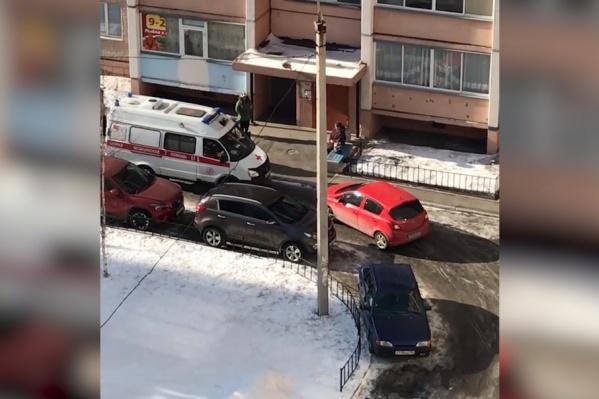 Красная легковушка помешала карете скорой помощи