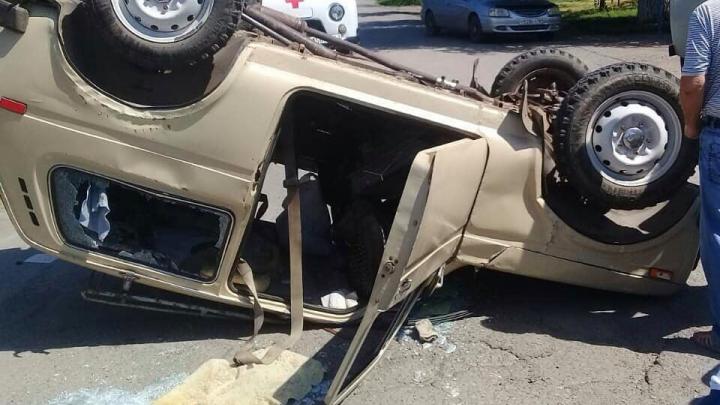 Пострадали водители: в Зимовниках столкнулись два автомобиля