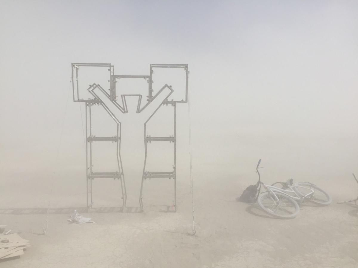 Полусобранная скульптура Ирины и Станислава — объект называетсяGlorywall