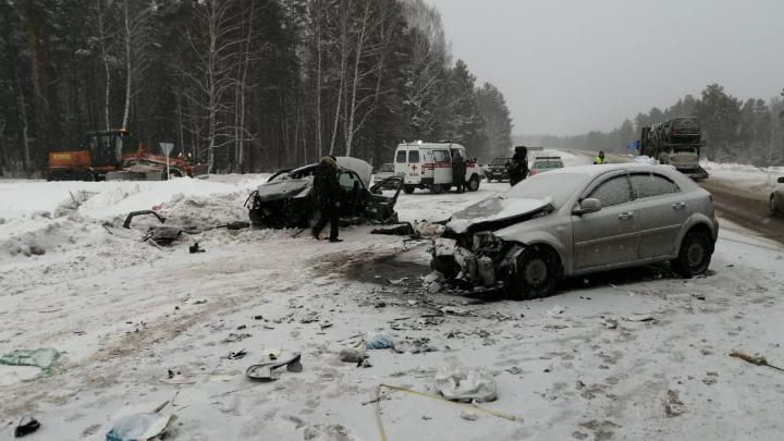 В лобовом столкновении на уральской трассе погибли два человека. Еще четверо ранены