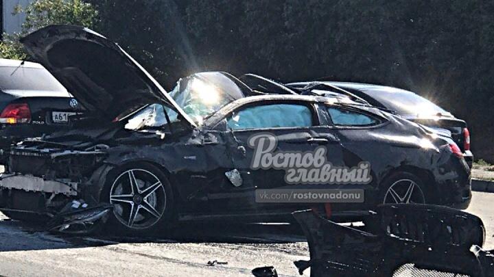 Не вписался: Mercedes врезался в барьер на Текучевском мосту