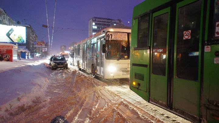 «Как этого не хватало»: новосибирцы попали в пробки в первый рабочий день после праздников