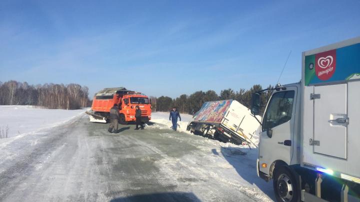 «Боковой ветер меня сдул с трассы»: грузовик под Новосибирском сутки пролежал в кювете на трассе