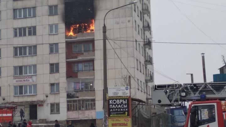 «Полыхает знатно, на месте куча пожарных»: в Челябинске загорелось бывшее общежитие