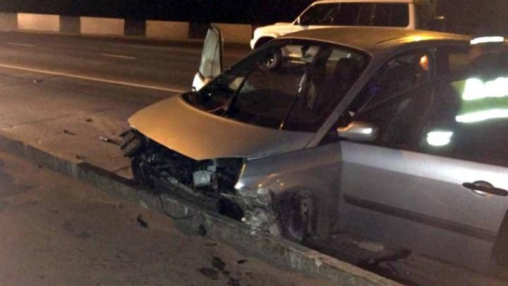 В Рыбинске автомобиль на огромной скорости влетел в бордюр: водитель попал в больницу