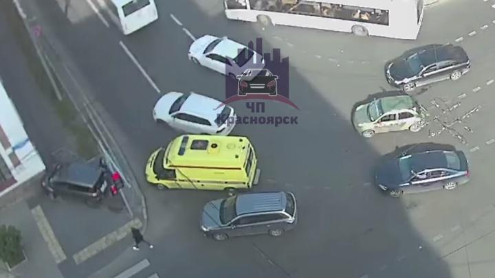 Водитель «Тойоты» протаранил дом после ДТП в центре Красноярска