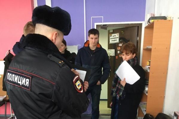 Полицейские пришли в комьюнити-центр около 15 часов и ушли только к 18 часам