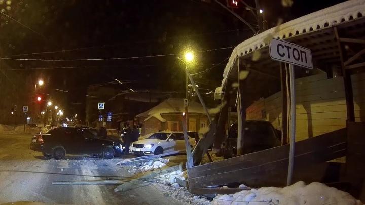 В центре Самары Lada Granta вылетела с дороги и пробила строительный забор