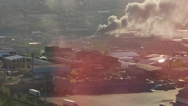На Маерчака по соседству с KIA-центром горит склад автозапчастей