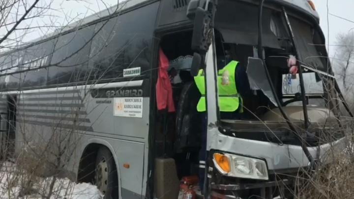 Автобус с 20 пассажирами съехал в кювет на трассе