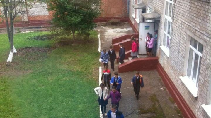 Больше 800 человек эвакуировали из уфимской школы