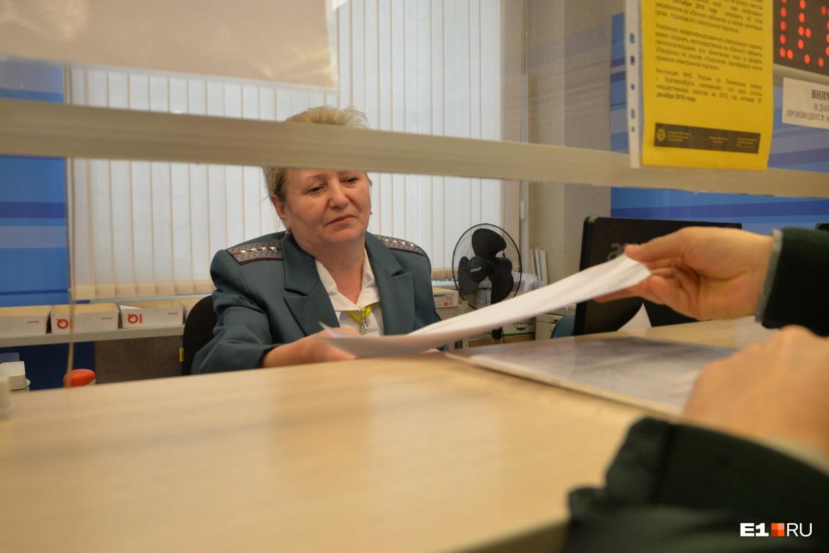 Тысячам свердловчан запретили выезжать за границу из-за долгов по имущественным налогам