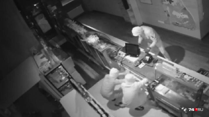 Сладкий ноябрь: челябинские подростки за ночь обчистили кафе и булочную. Налёт попал на видео